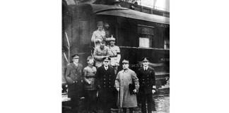 Fotografie realizată la semnarea armistițiului, în fața vagonului de tren al mareșalului Foch, în pădurea Compiègne. Mareșalul este al doilea din dreapta. Sursa: Wikipedia