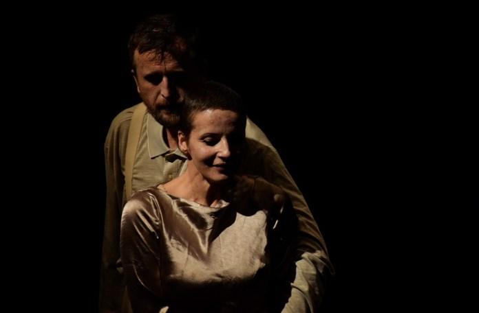 """""""Ne-am sărutat după sfârșitul lumii"""". Sursa foto: Teatrul Masca"""
