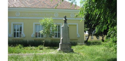 """Statuia lui Nedelcu Chercea aflată în curtea Şcolii Gimnaziale"""" Nedelcu Chercea"""", Brăila"""