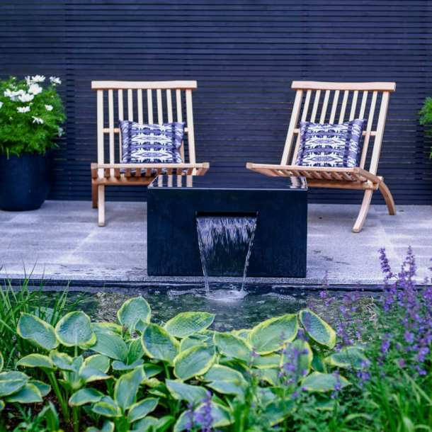 Modern fontän med vattenutkast, från idéträdgård Grå Vardag. Designad av Ulrika Levin, trädgårdsdesigner.