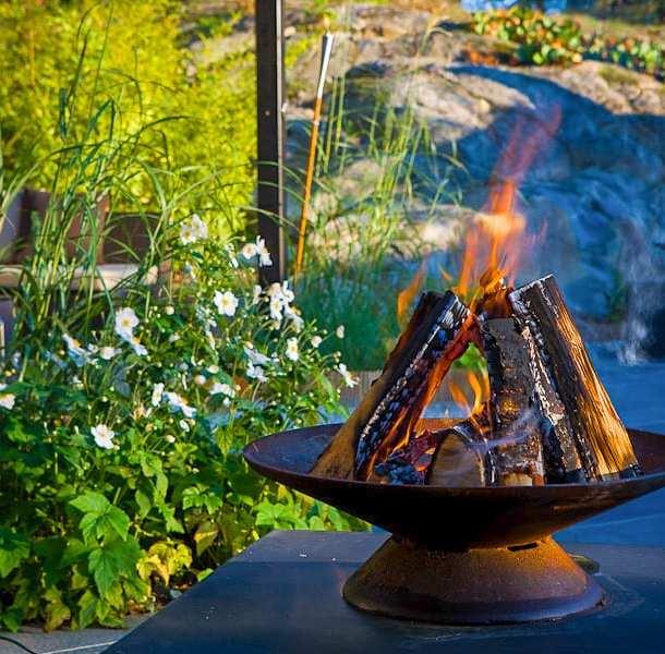 Eldfat och fontän i en rogiv. Allt designat av trädgårdsdesigner Ulrika Levin.