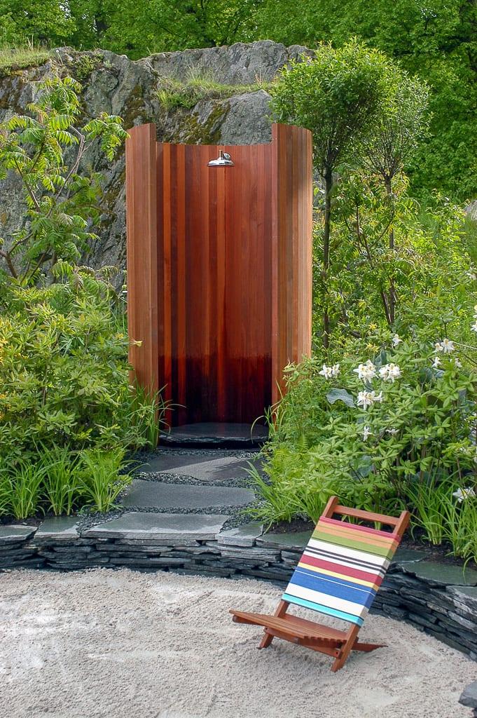 Utedusch i idéträdgård Travelling without moving. Cirkelformad utedusch designad av trädgårdsarkitekt Ulrika Levin.