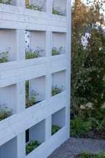 Modern spaljé med blomlådor i vår visningsträdgård. Designad av Ulrika Levin.