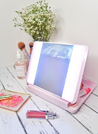 Spotlite HD Diamond 2.0 Lighted Makeup Mirror mimics natural daylight so that you can apply your makeup flawlessly.
