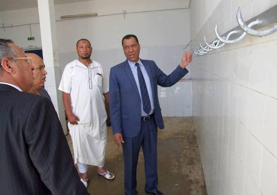 """القصرين: رئيس النيابة الخصوصية لبلدية الزهور يرافق الوالي مرتديا """"هركة"""" خلال زيارة ميدانية"""