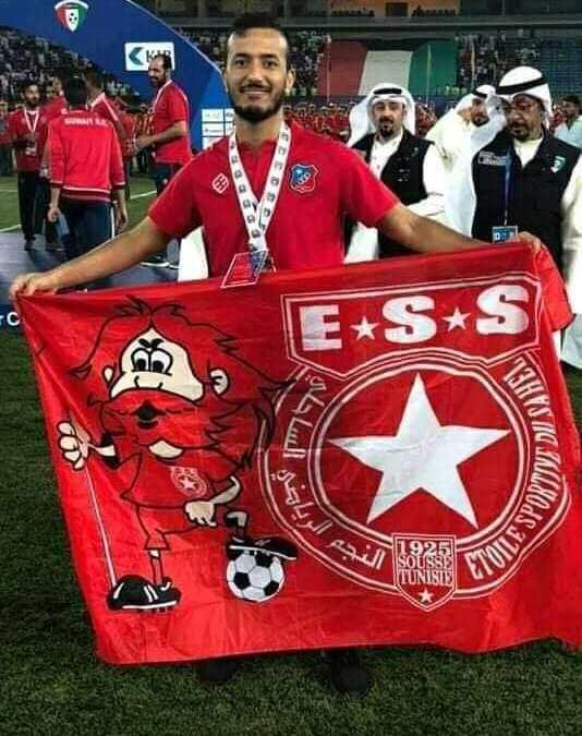 حمزة الأحمر يتوج بلقب كأس الكويت ويحتفل بعلم النجم الساحلي