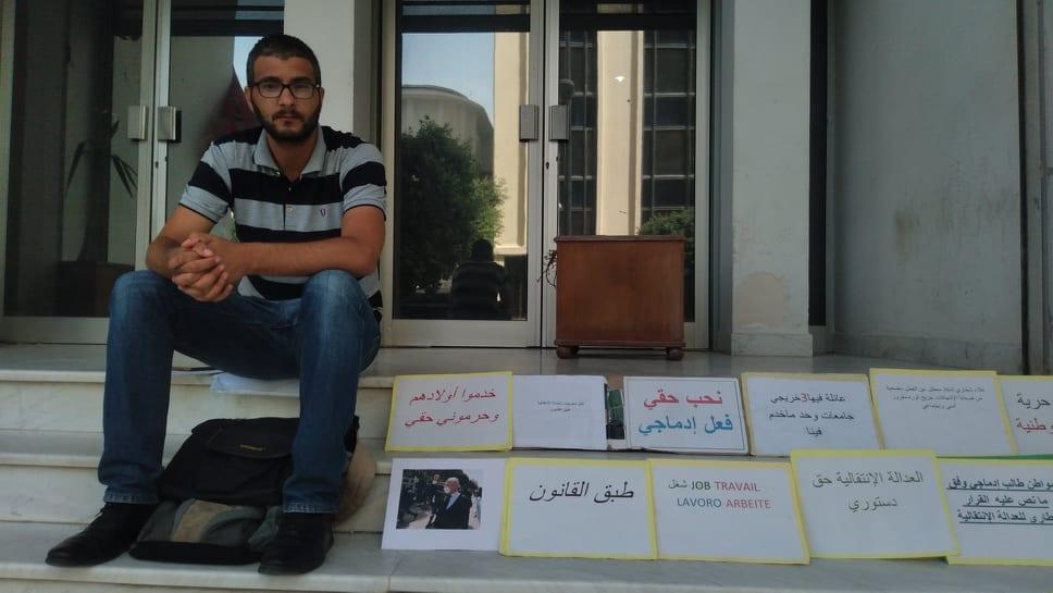 """رغم صُدُورِ قرار انتداب في حقه.. الشاب """"علاء الشخاري"""" معتصم منذ 80 يوما مُطَالِبًا بِحقّه في العمل!"""