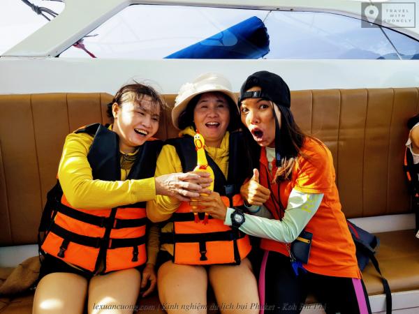 Emi, tourguide người Thái Lan rất biết làm cho các thành viên cười suốt chuyến đi.