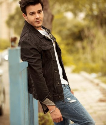 A picture of the actor Aniruddh Dave