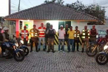 Agentes de Trânsito e PM abordam mais de 100 veículos na Estrada do Coco
