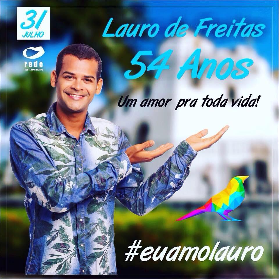 Assista: Pastor Sargento Isidório carrega e beija representante do Movimento LGBT de Lauro de Freitas