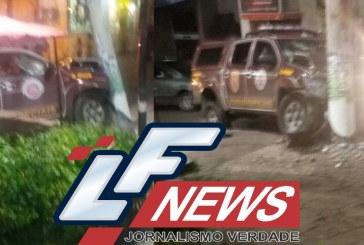 Viatura da PM colide contra poste durante perseguição em Lauro de Freitas