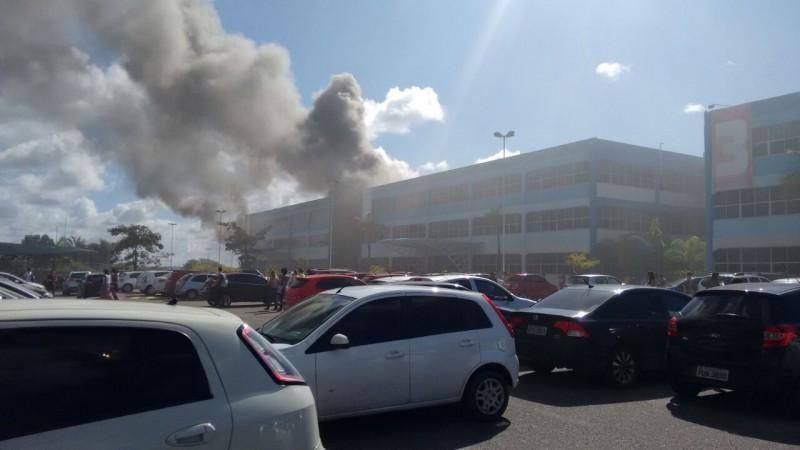 Incêndio atinge faculdade FTC na avenida Paralela
