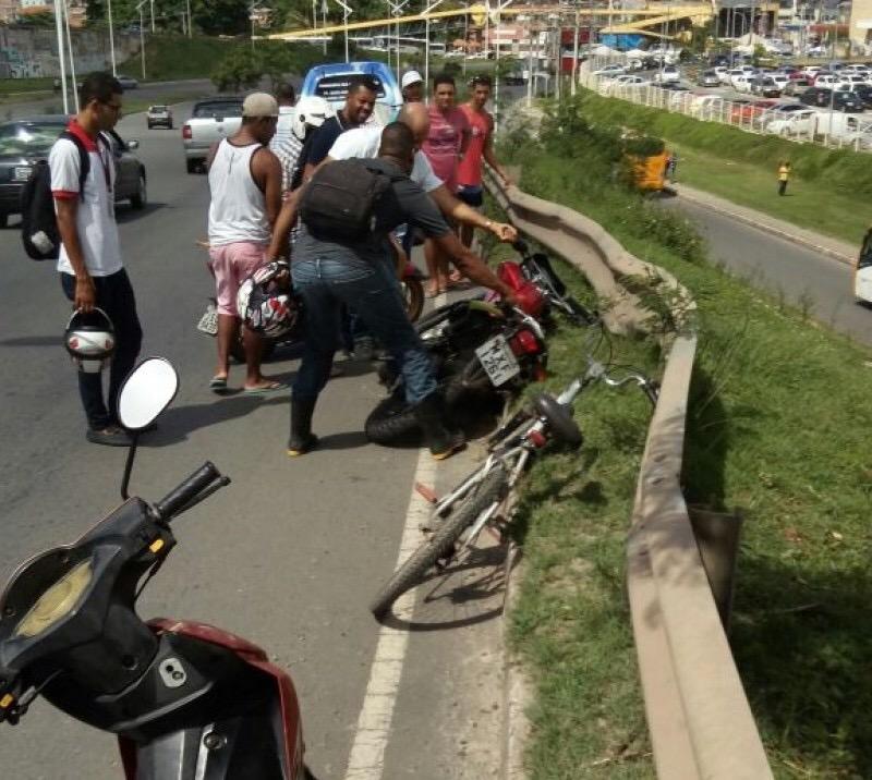 Mulher morre após ser arremessada de moto e cair de viaduto em frente ao Salvador Norte Shopping