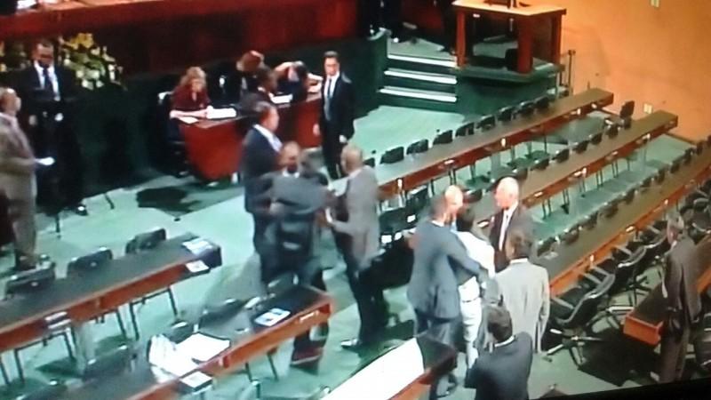 Deputados trocam socos em plena sessão plenária na AL-BA