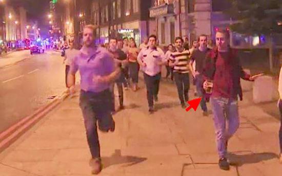 Homem foge de ataque terrorista carregando copo de cerveja e vira piada na internet
