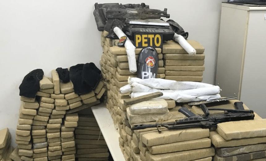 Agentes da 59ª CIPM apreendem drogas, carro roubado e fuzis em Catu de Abrantes