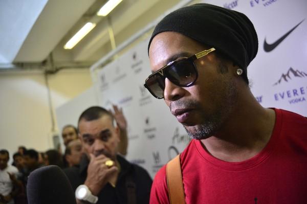 """Irmão anuncia a aposentadoria de Ronaldinho Gaúcho: """"Ele parou. Acabou"""""""