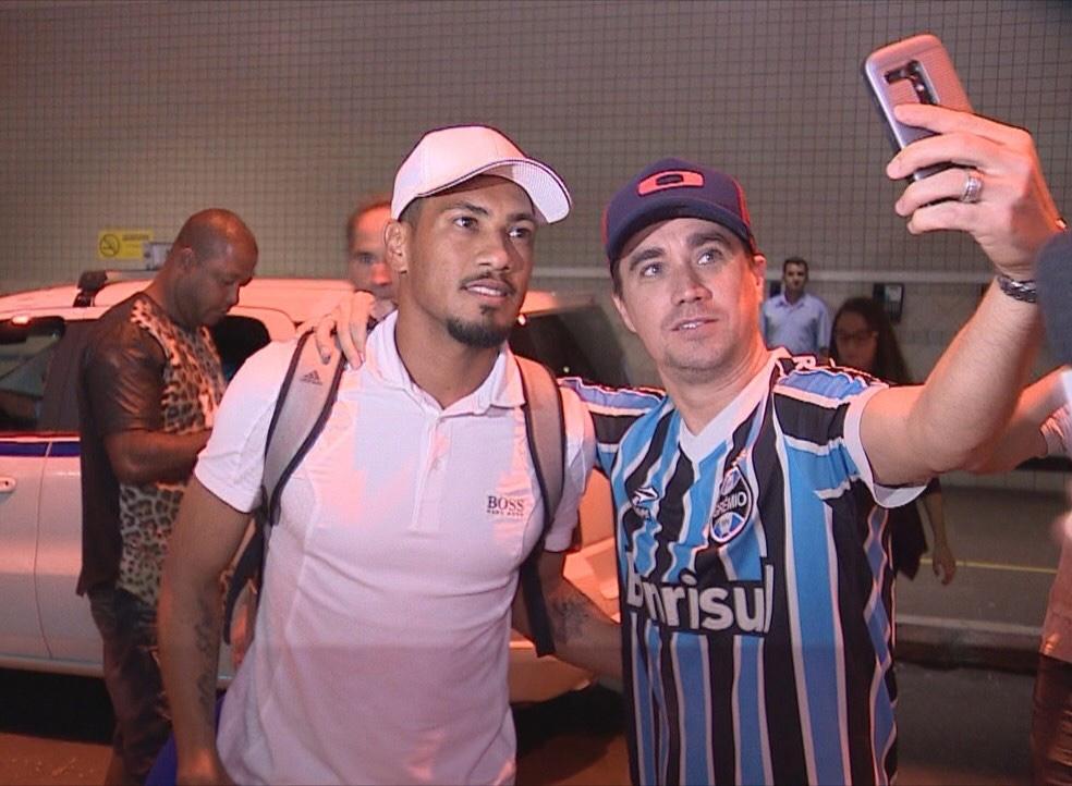 """Hernane chega a Porto Alegre para assinar com Grêmio: """"Um dos maiores do mundo"""""""