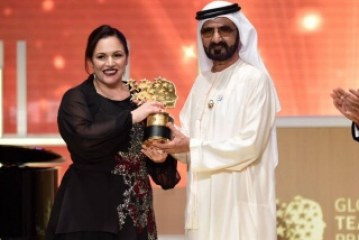 Professora ganha prêmio de US$ 1 milhão após aprender 35 idiomas para acolher alunos