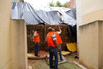 Prefeitura de Lauro de Freitas vistoria áreas de risco e distribui lona para moradores