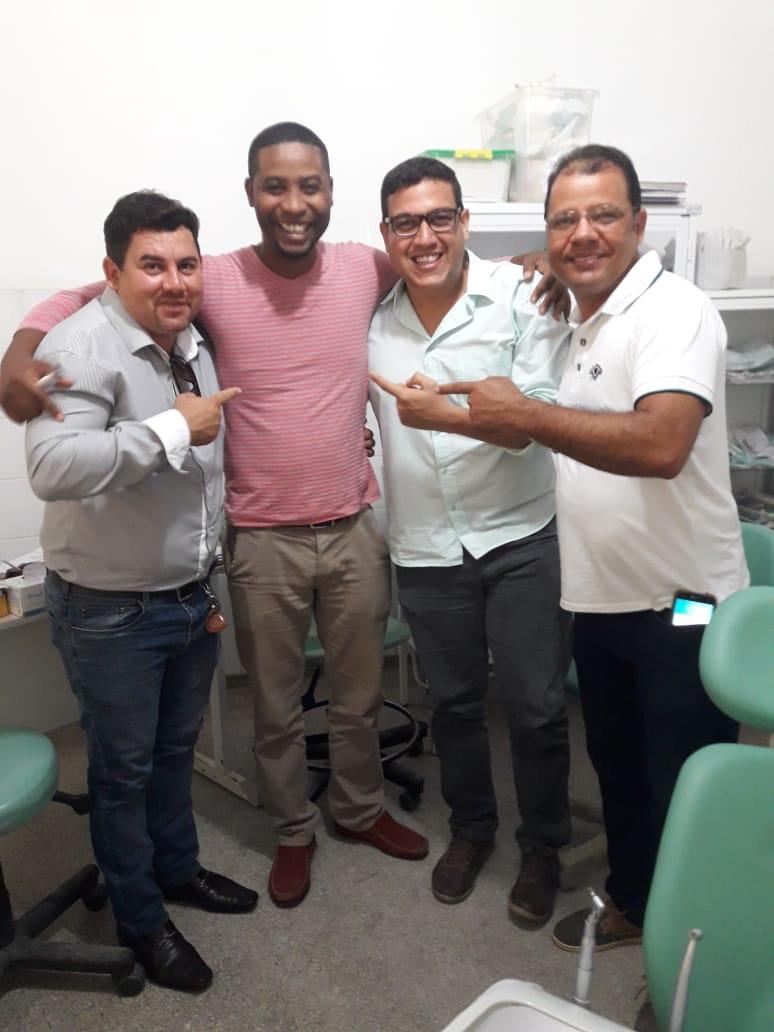Alex Simões parabeniza Ariomar, o popular Biscoito, gerente do Posto Ismael Ornelas