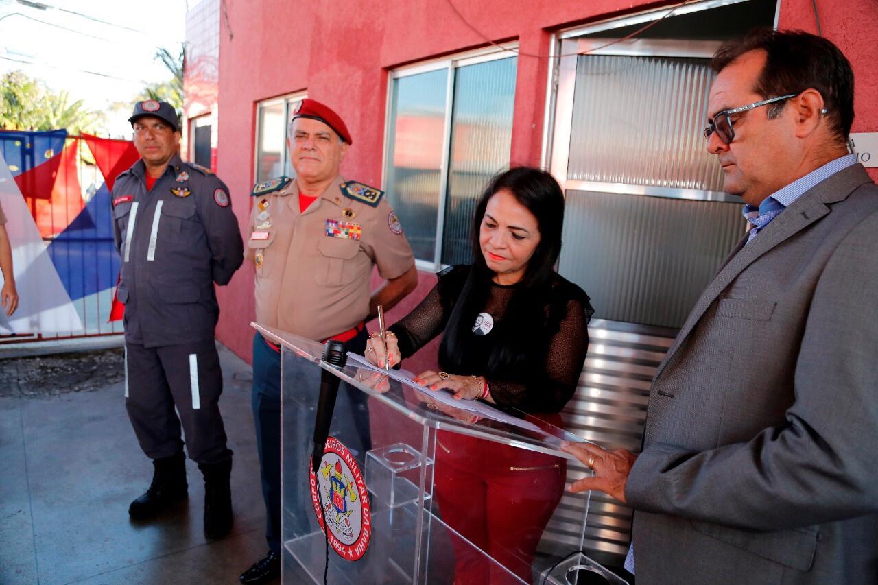 Prefeita participa de entrega de viatura e dá ordem de serviço para ampliação do Corpo de Bombeiros