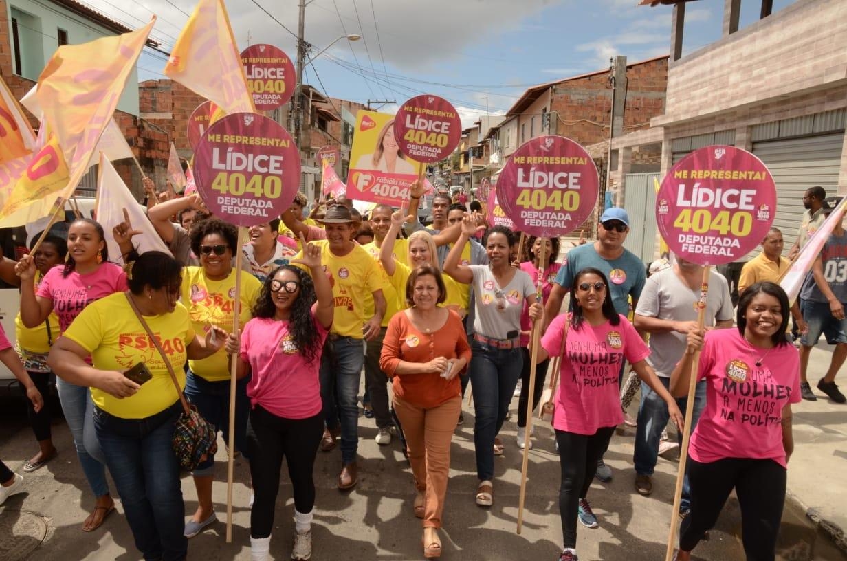 Lidice participa de caminhada em Lauro de Freitas