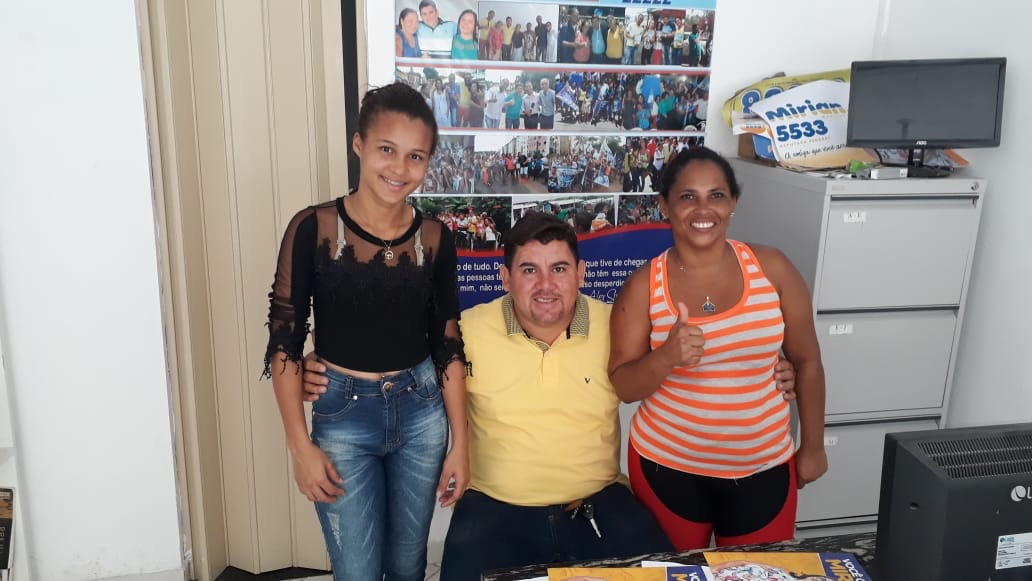 Alex Simões atendendo a comunidade em seu escritório em Itinga