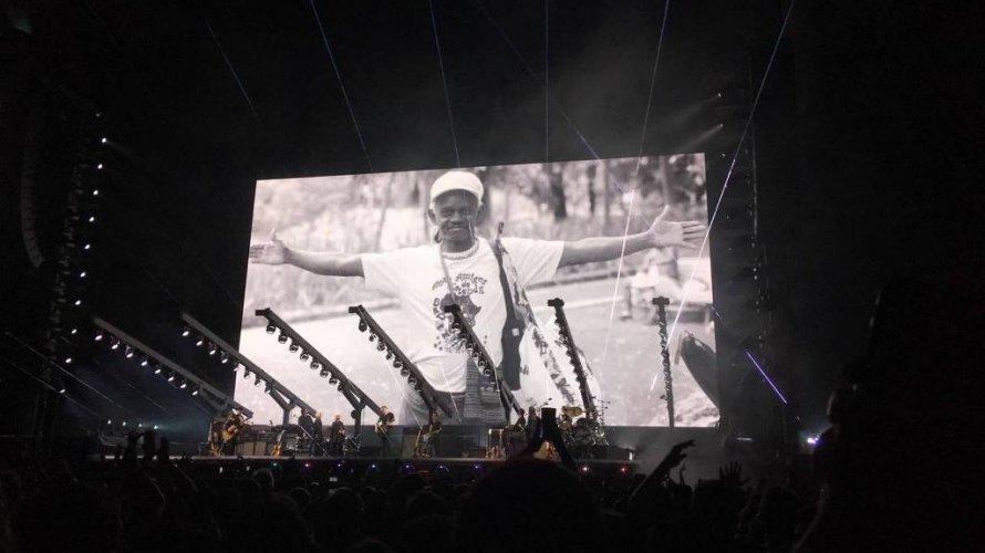 """Gritos de """"Ele não"""" e homenagem a Moa do Katendê marcam show de Roger Waters em Salvador; assista"""