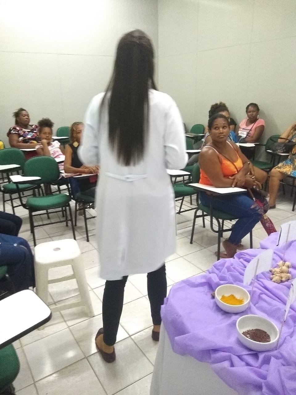 Prefeitura de Lauro de Freitas realiza exposição de alimentos funcionais de combate e prevenção ao câncer no Bolsa Família
