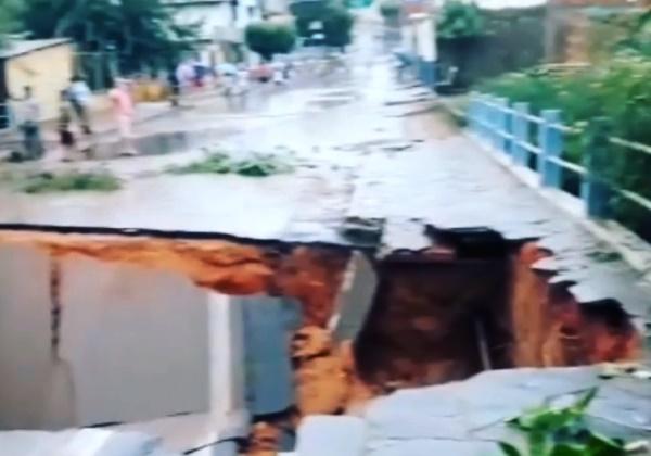 Vídeo: cratera aberta durante chuva interdita BR-349