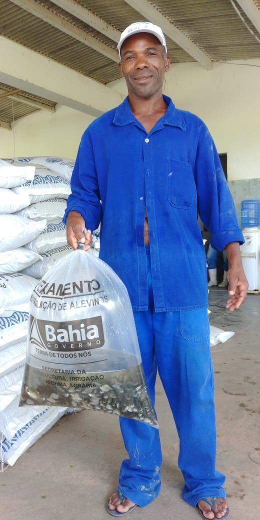 Prefeitura e Bahia Pesca entregam alevinos para piscicultores de Lauro de Freitas