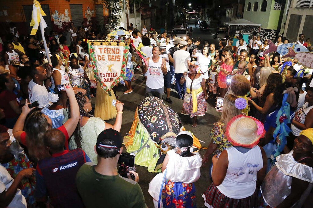 Ternos de Reis desfilam beleza e tradição nas ruas de Lauro de Freitas