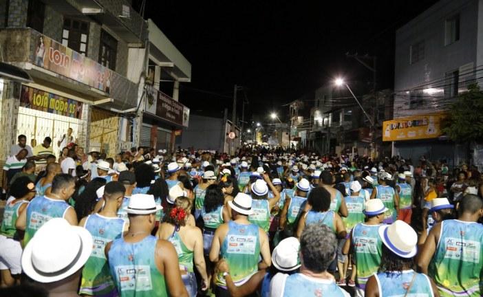 Blocos desfilam alegria e irreverência no Carnaval de Todos os Santos