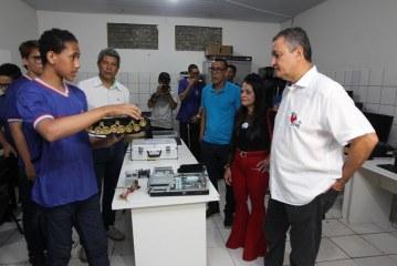 Rui participa de aula de reforço escolar com estudantes do CEEP-TIC