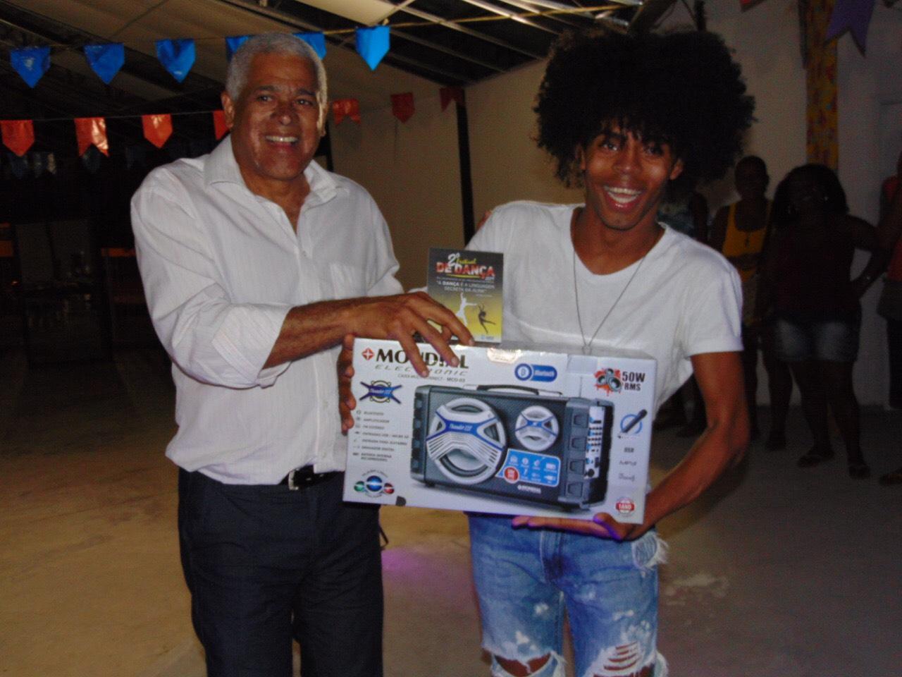 Secult entrega kits de dança para incentivar a expressão artística de jovens de Lauro de Freitas