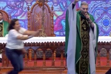 Mulher empurra padre Marcelo Rossi de palco durante missa; veja vídeo