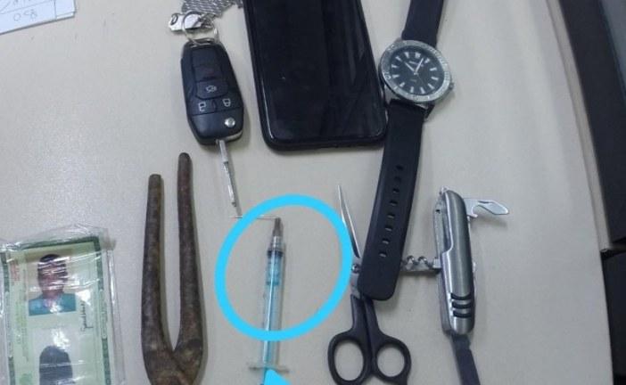 Homem tenta roubar carro e injeta seringa em motorista de aplicativo; assista
