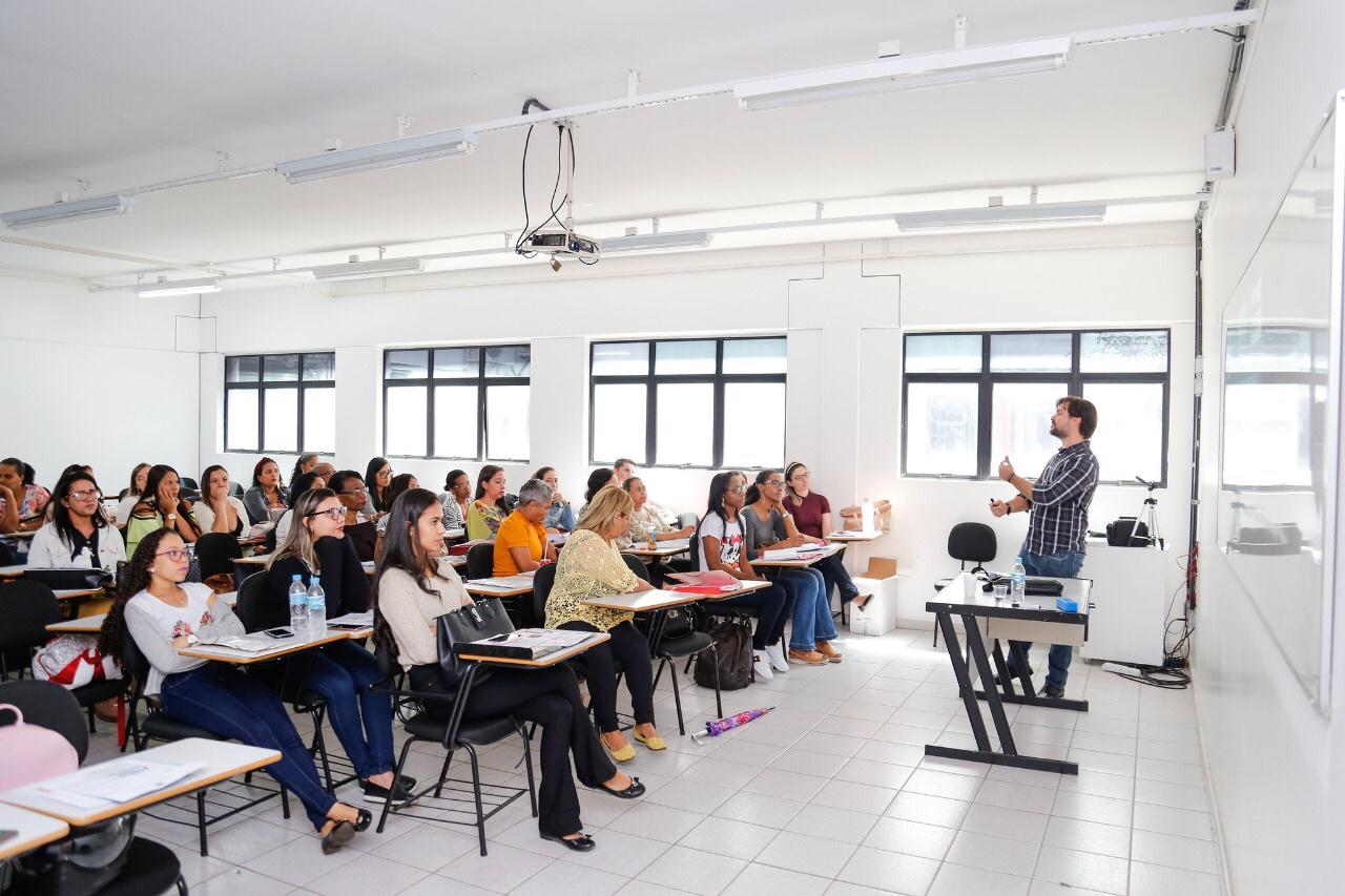 Saúde capacita profissionais que atuam nas salas de aula