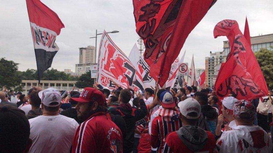 Daniel Alves é recebido por multidão de torcedores do São Paulo em Congonhas; assista