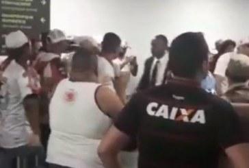 Com time na zona, torcida do Vitória protesta no aeroporto; veja vídeo