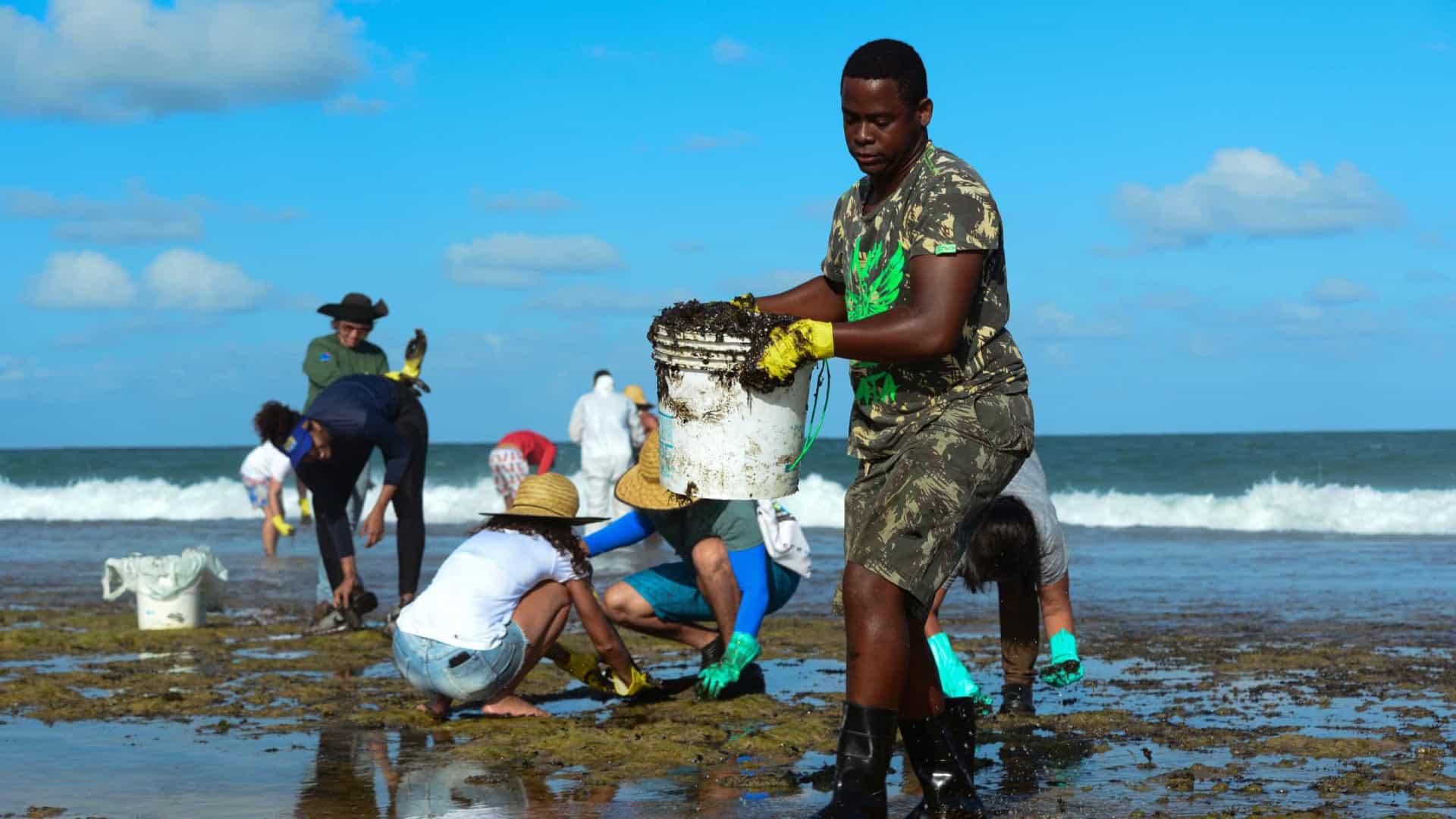 Mais de 600 toneladas de resíduos foram retiradas de praias com óleo