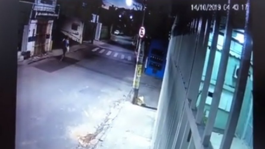 Homem invade apartamento e leva equipamentos avaliados em R$20 mil; assista