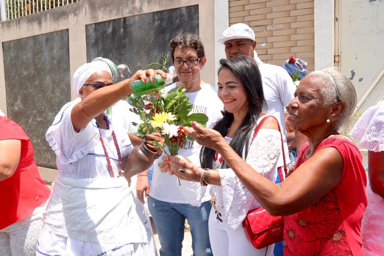 Grupos de Lauro de Freitas resgatam tradições no cortejo cultural de Portão
