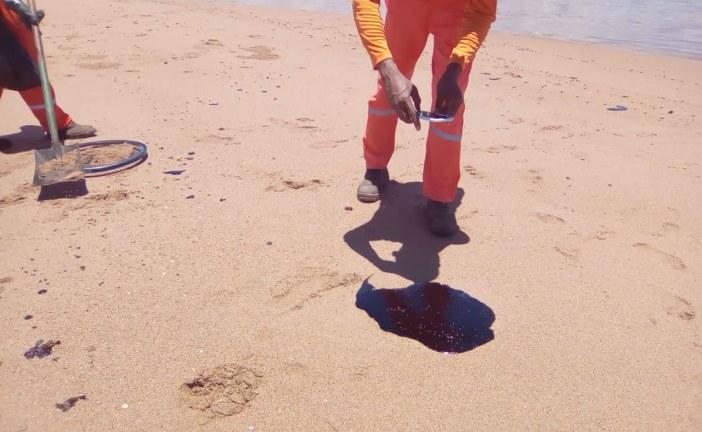 Novas manchas de óleo aparecem nas praias de Lauro de Freitas