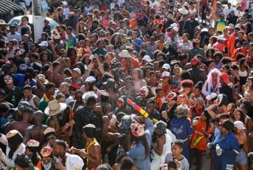 Irreverência dos caretas atrai multidão às ruas de Portão