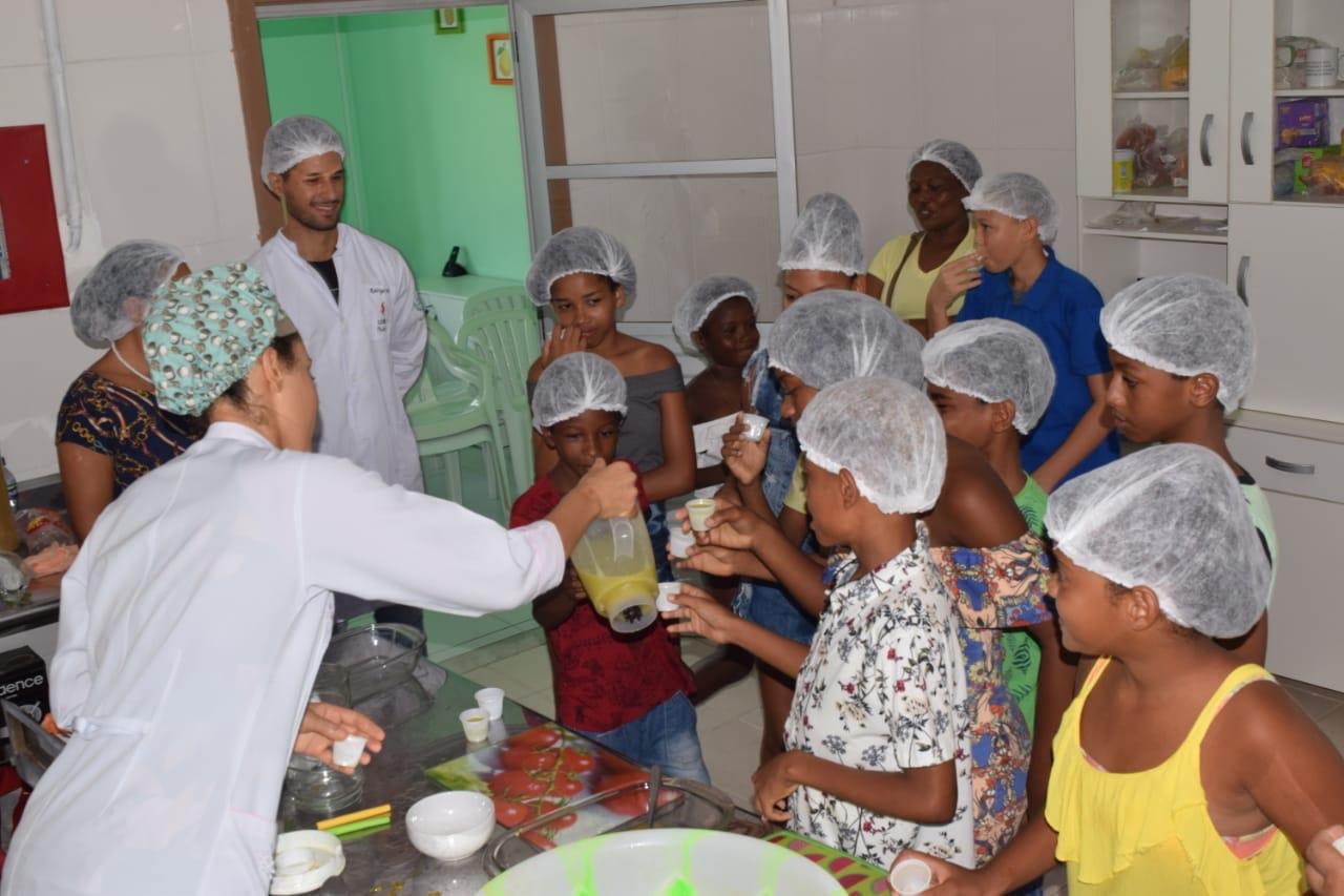 Crianças assistidas pelo CRAS do Parque São Paulo participam de oficina de sucos funcionais