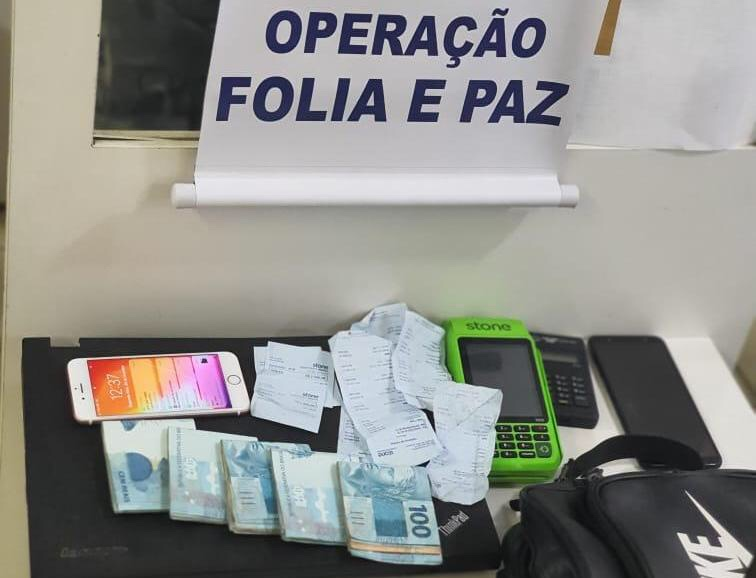 Polícia prende vendedores de abadás ilegais