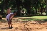 Ronaldinho Gaúcho joga futevôlei com outros detentos no Paraguai; veja vídeo